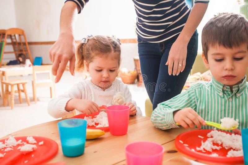Hora de comer no jardim de infância foto de stock