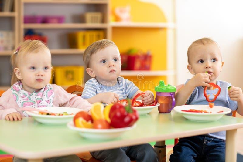 Hora de comer no jardim de infância fotografia de stock