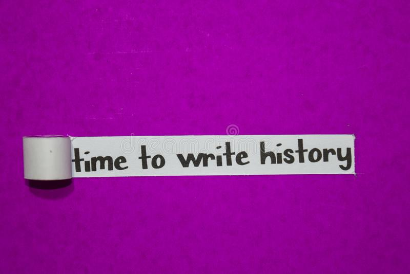 Hora de escrever a história, o conceito da inspiração, da motivação e do negócio no papel rasgado roxo imagens de stock