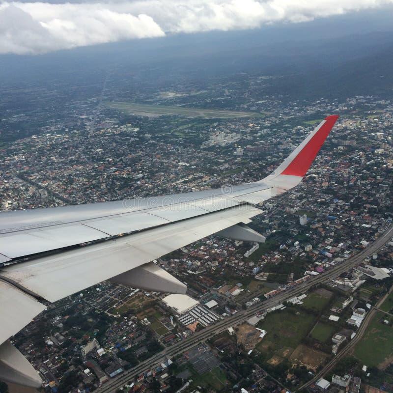Hora de explorar o mundo, a casa e a opinião superior da cidade do avião fotos de stock