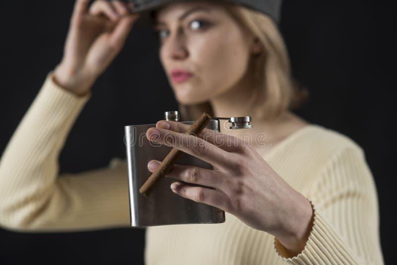 Hora de gozar El cigarro y el frasco de la cadera en señoras dan Cigarro del control de la mujer y envase sensuales del alcohol M imagenes de archivo