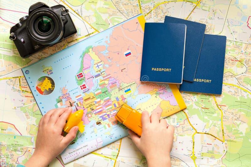 Hora de ir conceito do curso: criança que faz a lista para viajar fotografia de stock