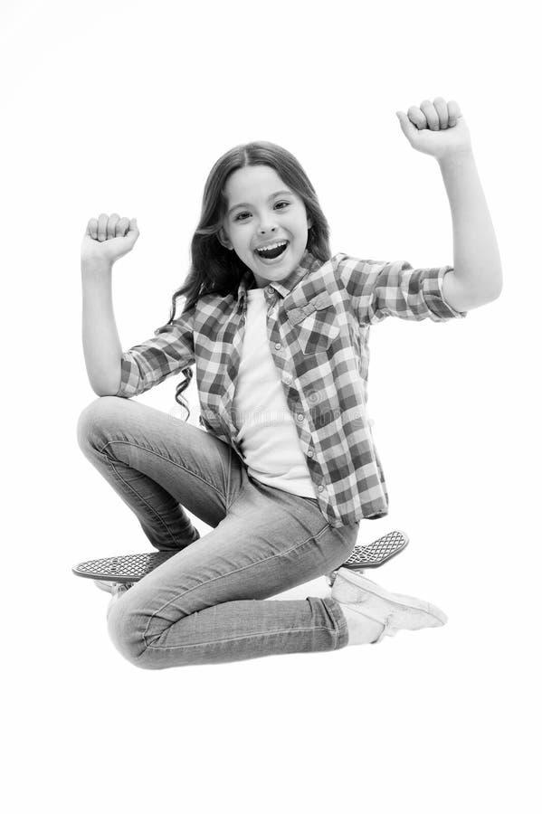 Hora de montar A menina da criança entusiasmado senta a placa da moeda de um centavo Passatempo adolescente moderno A cara feliz  imagem de stock royalty free