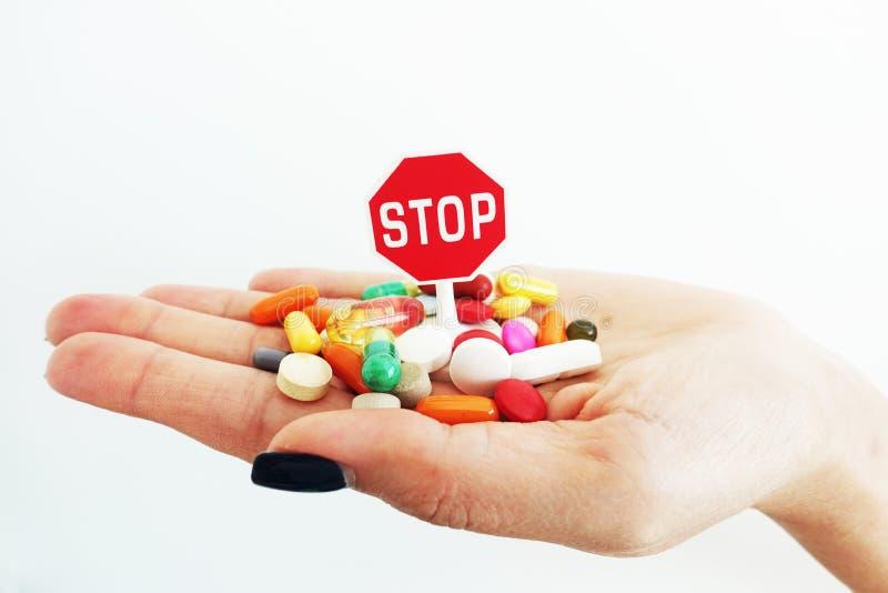 Hora de parar píldoras del uso sin concepto de la prescripción, médico o de la atención sanitaria imagenes de archivo
