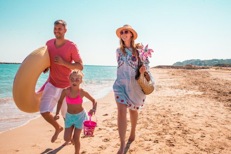 Hora de praia com pais imagens de stock