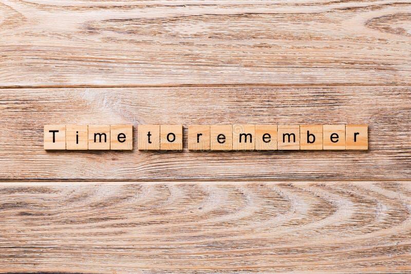 Hora de recordar la palabra escrita en el bloque de madera Hora de recordar el texto en la tabla de madera para su desing, concep imágenes de archivo libres de regalías