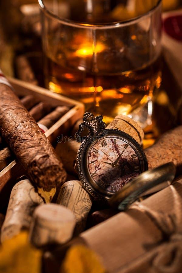 ¡Hora de relajarse! Un conjunto completo de placeres masculinos imagen de archivo libre de regalías