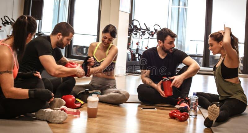 Hora de relaxar Grupo de amigos no gym foto de stock royalty free