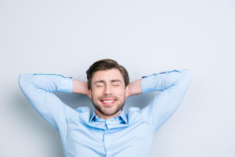 Hora de relaxar Retrato do close-up da sagacidade de sonho nova bonito do homem fotos de stock royalty free