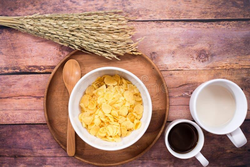 Hora de tomar o café da manhã com os flocos do leite, do café e de milho imagens de stock royalty free