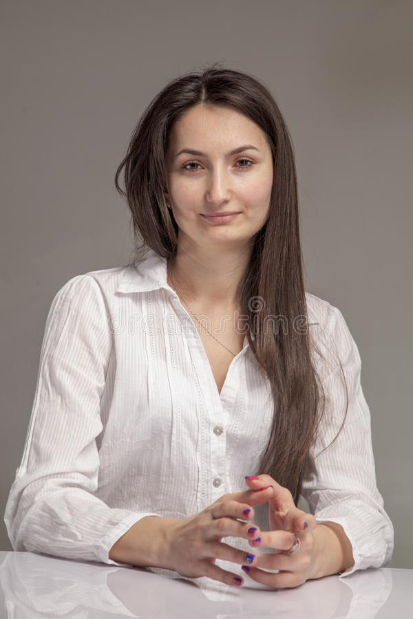 Hora de trabajar Retrato de la entrevista de trabajo del reclutador que espera femenino atractivo joven para fotos de archivo