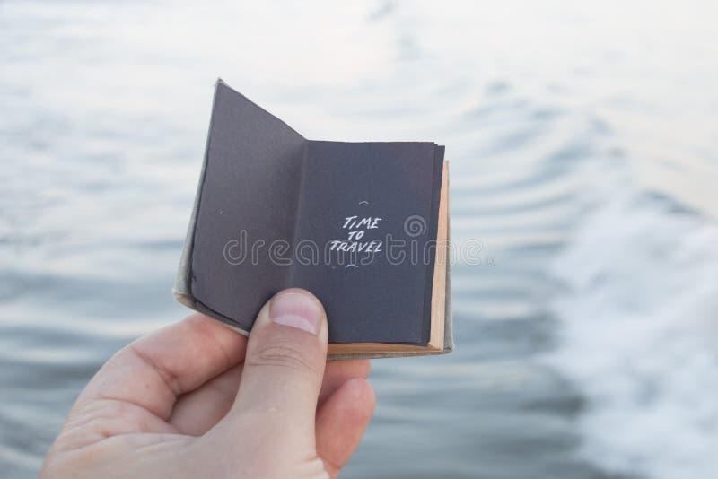 Hora de viajar inscrição e mar, ideia do turismo da praia fotos de stock