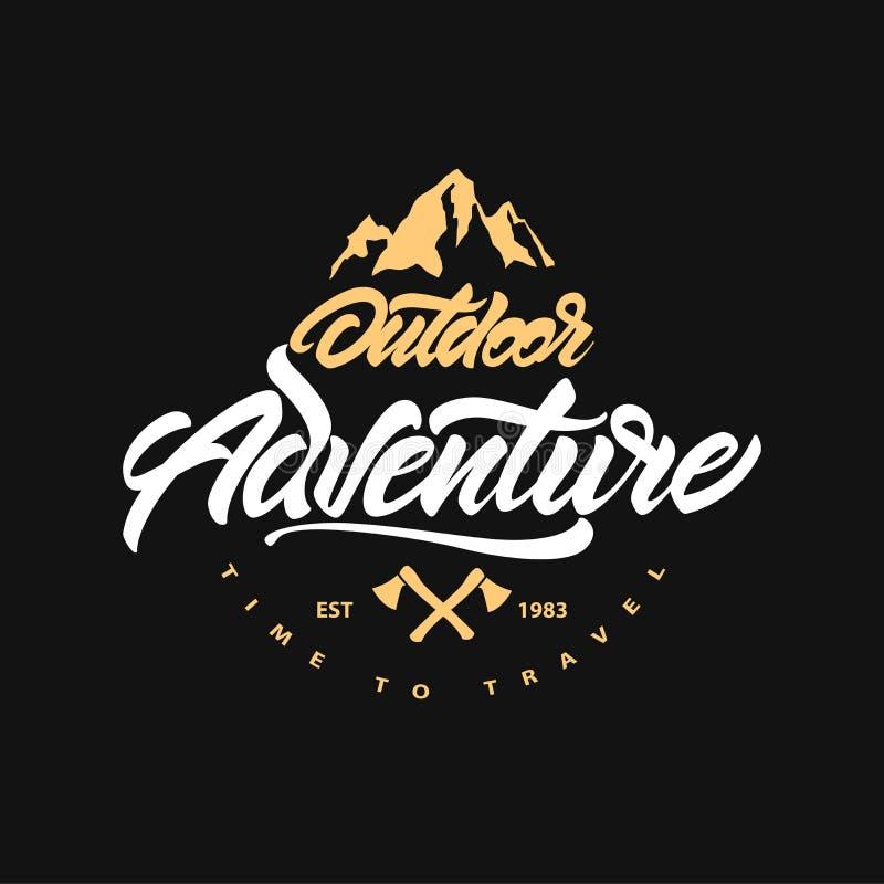 Hora de viajar Vintage que acampa, emblema exterior da aventura Rotulação com machado e montanha Etiqueta retro do vetor Painel s ilustração do vetor