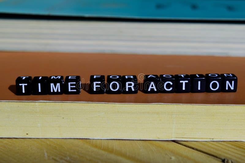 Hora para a ação em blocos de madeira Conceito da motivação e da inspiração imagem de stock