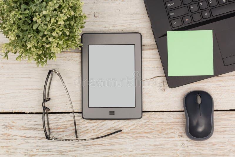 Hora para el ebook y el ordenador portátil imágenes de archivo libres de regalías