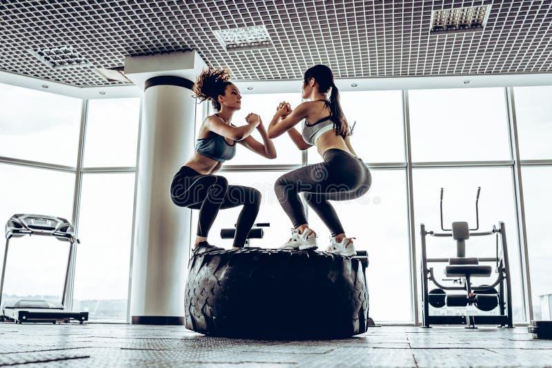 Hora para el entrenamiento deportivo, muchachas hermosas en gimnasio fotografía de archivo libre de regalías