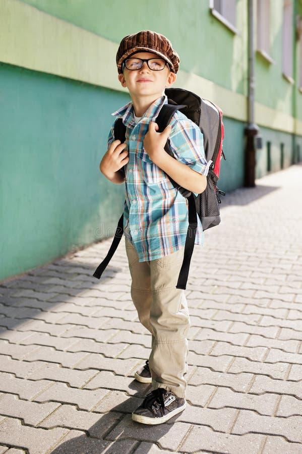 Hora para a escola. Miúdo sonhador. fotos de stock royalty free