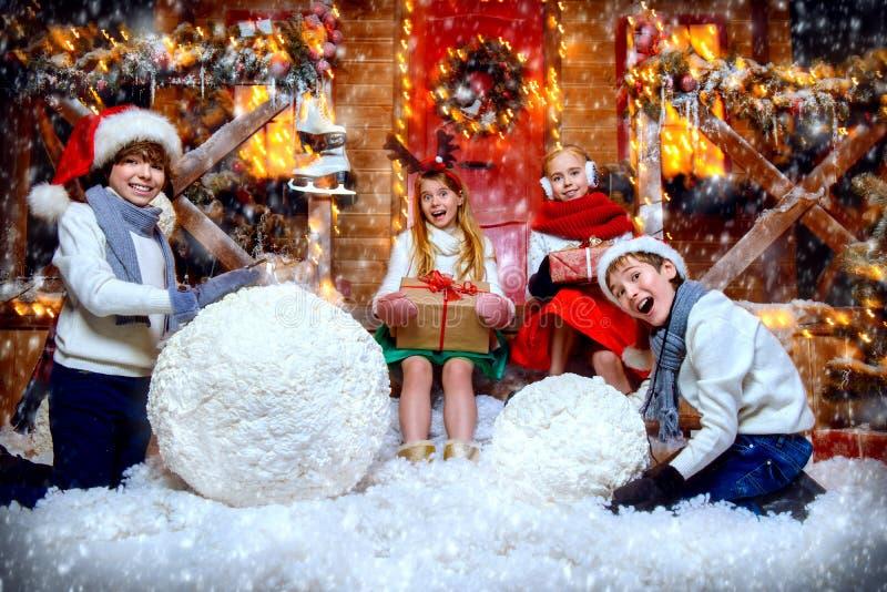 Hora para hacer el muñeco de nieve fotografía de archivo libre de regalías