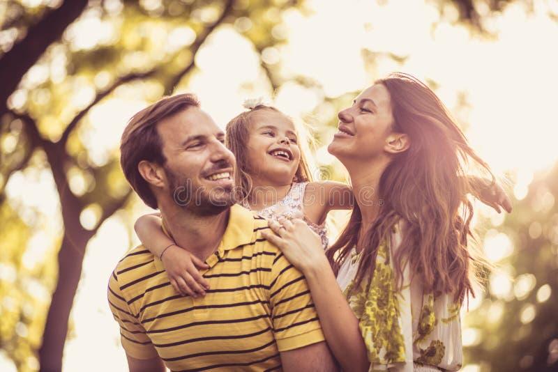 Hora para la familia Familia feliz en la naturaleza Estación de resorte imagen de archivo libre de regalías
