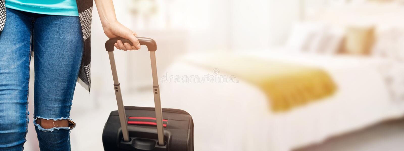 hora por vacaciones - mujer con la maleta del equipaje lista para el viaje fotos de archivo libres de regalías
