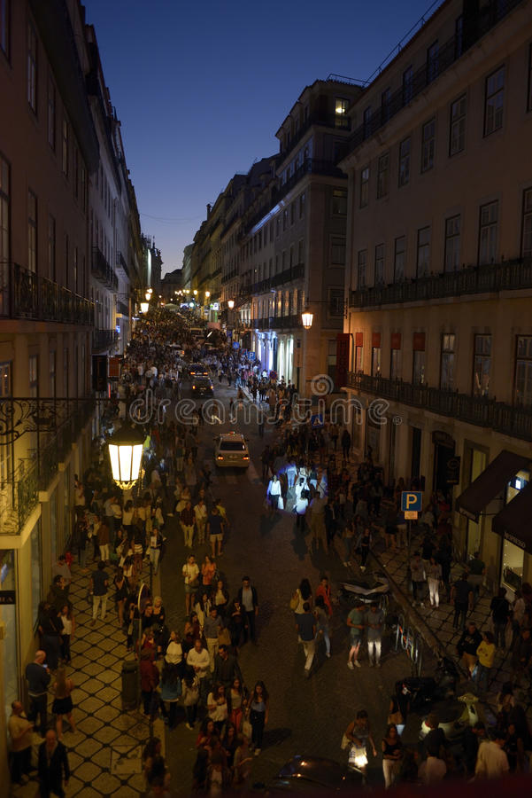 Hora punta de las compras - calle superior vieja de la ciudad, Lisboa fotografía de archivo libre de regalías
