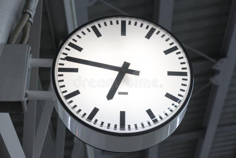 Hora punta en el tren de cielo del Bts en la ciudad en el cuarto más allá a las 7 imagen de archivo