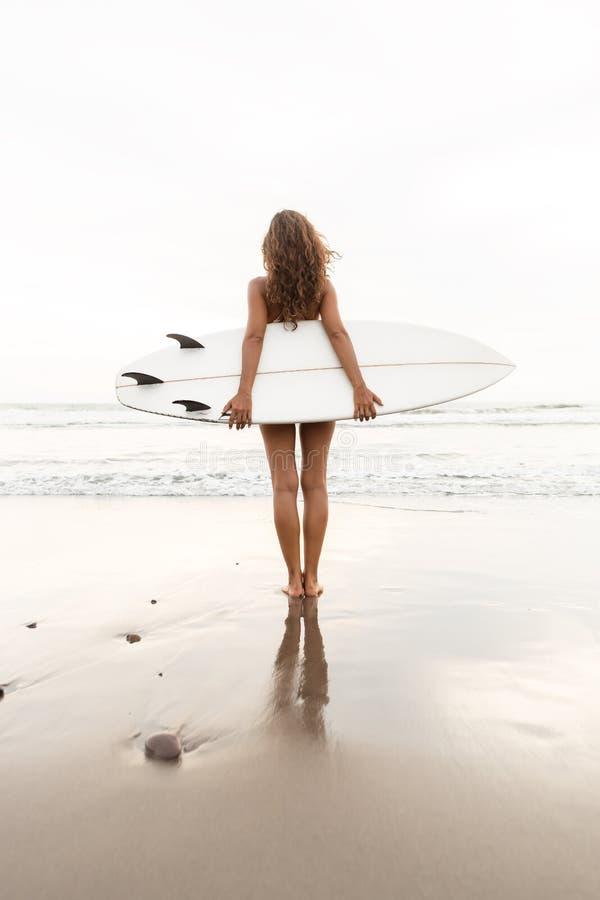 Hora que practica surf para la señora deportiva fotografía de archivo