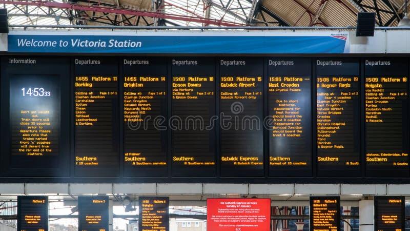 Horaire énumérant les nombreuses connexions de train chez Victoria Station, Londres, Royaume-Uni image libre de droits