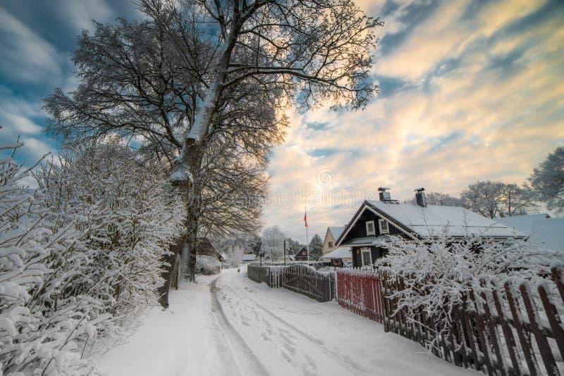 Horaire d'hiver en ciel nuageux de coucher du soleil de campagne images stock