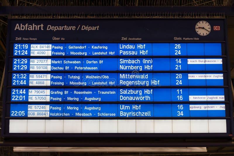 Horaire de départs de train dans Munchen Hauptbahnhof (station centrale) photo stock