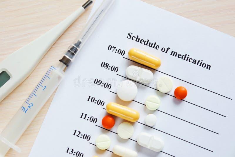 Horaire de médicament pendant un jour avec de diverses pilules image libre de droits
