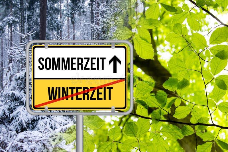 Horario de verano DST Auf Sommerzeit Schild de Zeitumstellung von Winterzeit fotografía de archivo libre de regalías