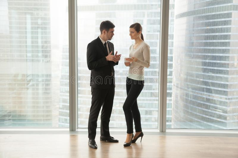 Horario del día del planeamiento del hombre de negocios con la secretaria fotografía de archivo libre de regalías
