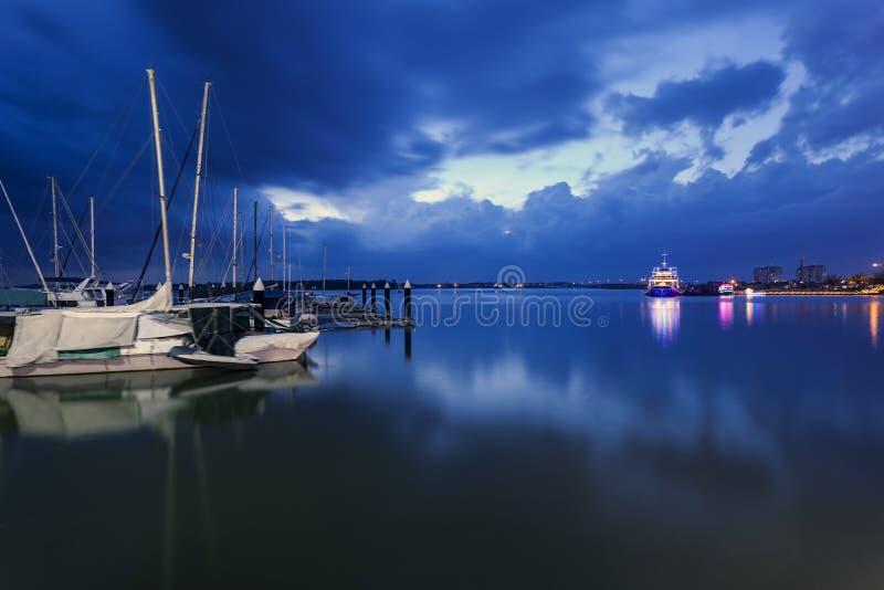 Horas azuis no porto, louro de Danga, Malaysia fotos de stock