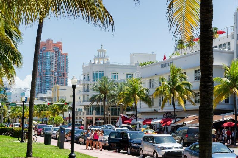 Horas de ponta do tráfego ao longo do Dr. do oceano rua em Miami sul fotografia de stock royalty free