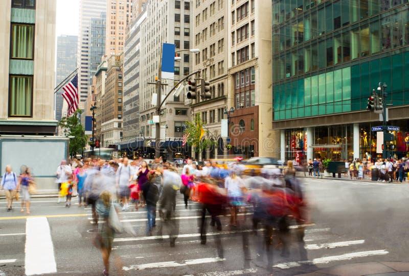 Horas de ponta na Quinta Avenida, New York imagens de stock