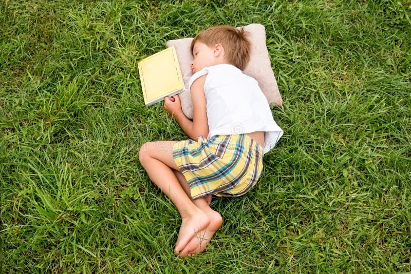 Horas de verão com o livro Conceito da leitura fotos de stock royalty free