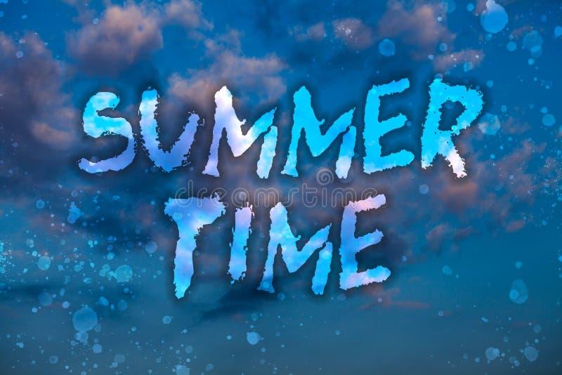 Horas de verão do texto da escrita da palavra Conceito do negócio para o azul brilhante nebuloso s das férias tropicais mais long ilustração do vetor
