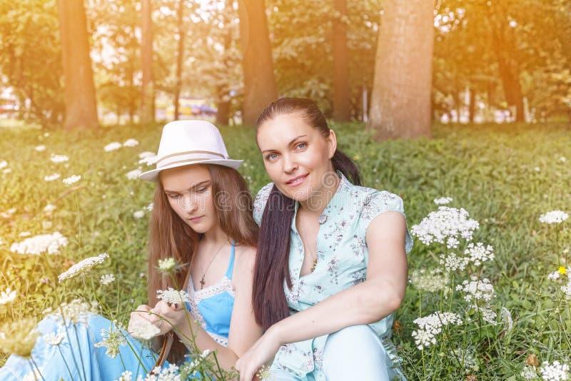 Horas de verão, mamã, filha, caminhada, família, adolescente, natureza imagem de stock