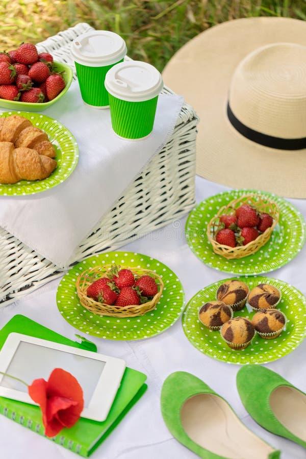 Horas de verão: tomam parte num piquenique na grama - o café e os croissant, suco fotos de stock royalty free