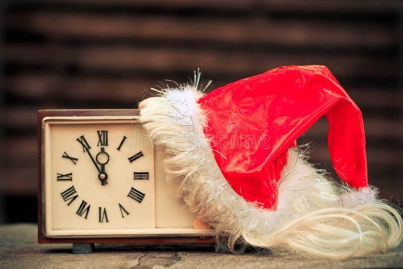 Horas velhas e tampão de Santa Claus imagens de stock royalty free