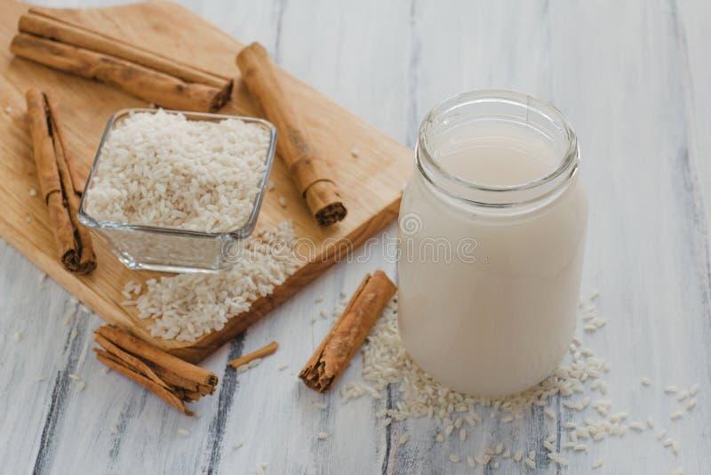 Horchata é uma bebida, feita com arroz e canela de México, bebida mexicana imagem de stock