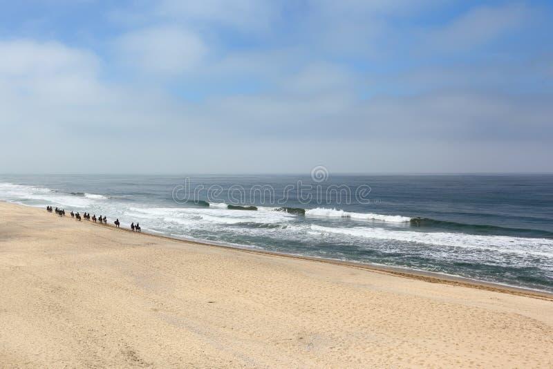 Horesback die op het strand berijden royalty-vrije stock foto