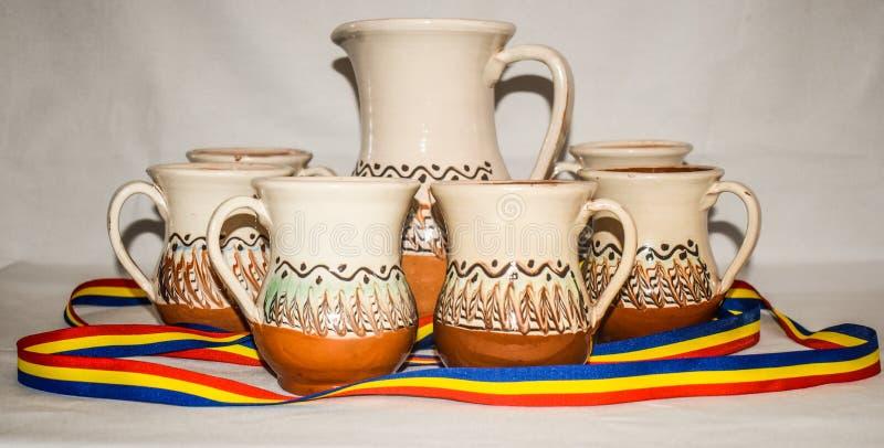 Horezu keramik är en unik typ av rumänsk krukmakeri som produceras traditionellt av handen runt om staden av Horezu i nordligt arkivbild