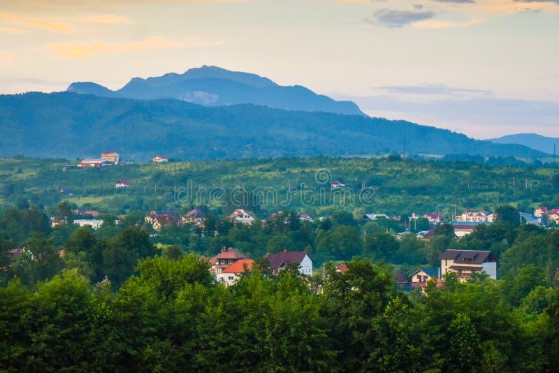 Horezu, Romênia, destino escondido do curso da gema com a cidade pequena sob Carpathians Foto conservada em estoque denominada to imagem de stock royalty free