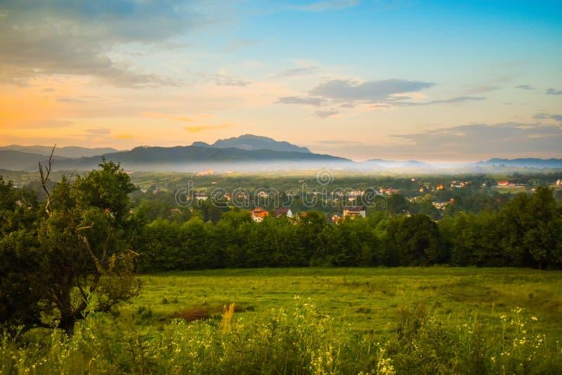Horezu Rumänien, gömd ädelstenloppdestination med lilla staden under Carpathians Utformat lagerföra fotoet som över tas från kull royaltyfri foto