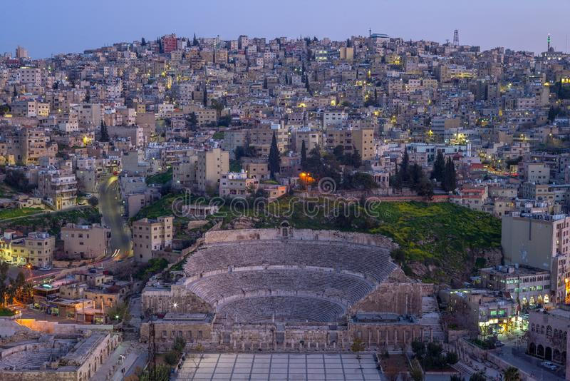 Horisont av Amman, huvudstad av Jordanien, p? natten royaltyfria bilder