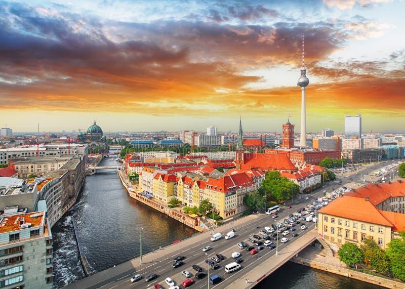 Horisont av Berlin i solnedgång royaltyfri fotografi