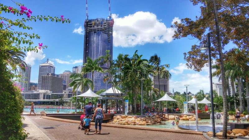Horisont av Brisbane bak allmänhetstränder och simbassänger royaltyfri fotografi