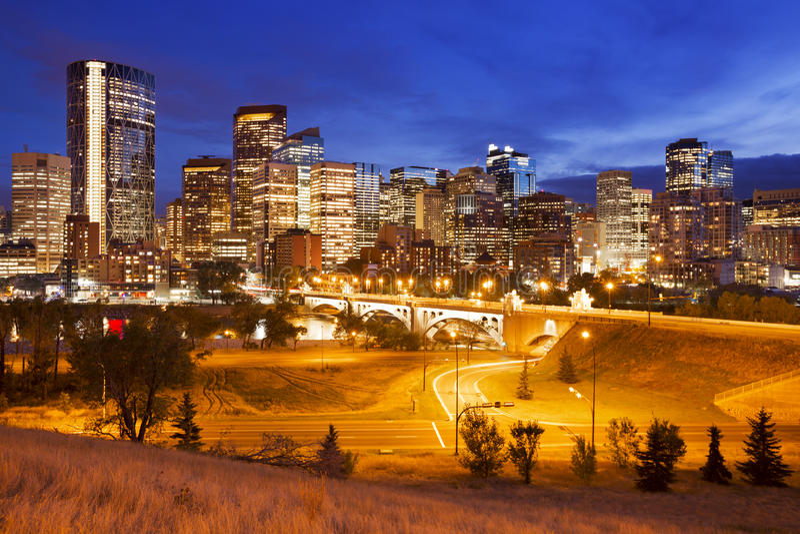 Horisont av Calgary, Alberta, Kanada på natten arkivbild